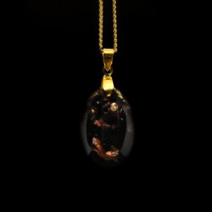 Orgonit Schmuck Anhänger aus Edelsteinen in brauner Farbe mit goldenem Anhänger und goldener Kette.
