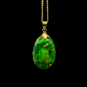 Orgonit Schmuck Anhänger aus Edelsteinen mit Opal in grüner Farbe mit goldener Collierschlaufe und goldener Kette.