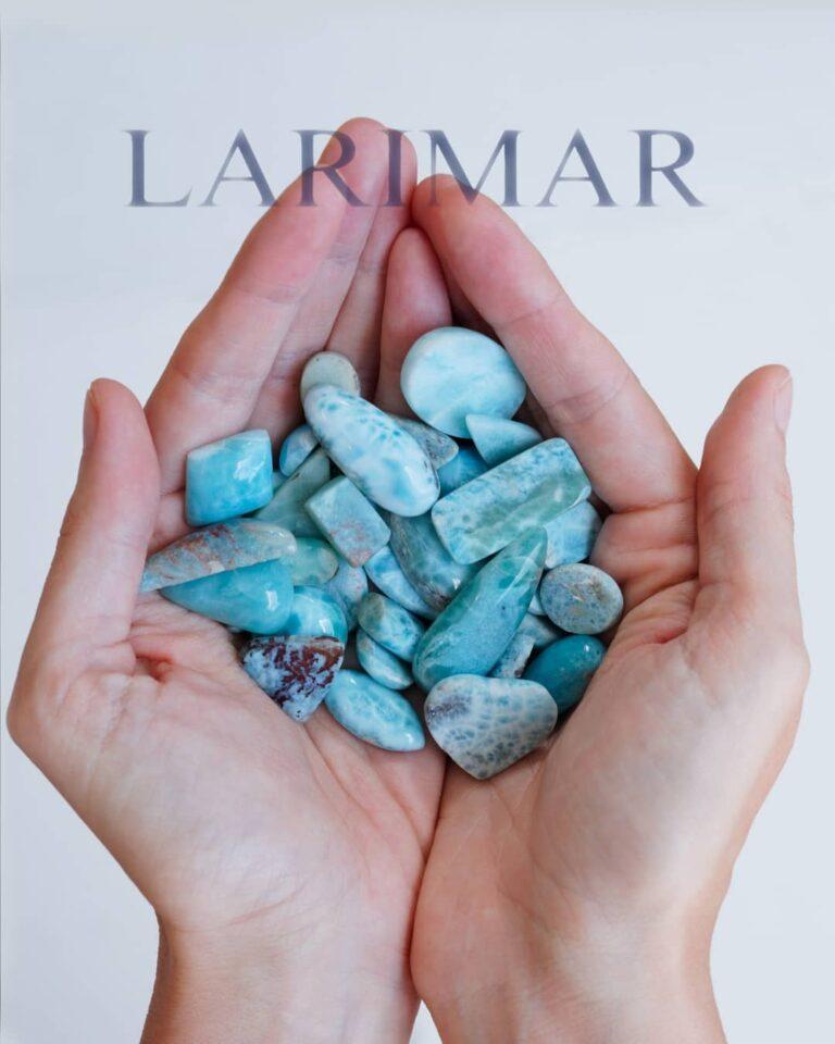 """Larimar Trommelsteine auf Frauenhänden mit Beschriftung """"LARIMAR"""""""