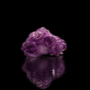 Amethyst Kristall auf schwarzem Hintergrund.
