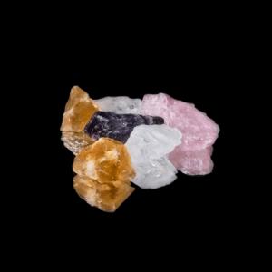 Rohstein Wassersteinmischung bestehend aus Citrin, Bergkristall, Rosenquarz und Amethyst.