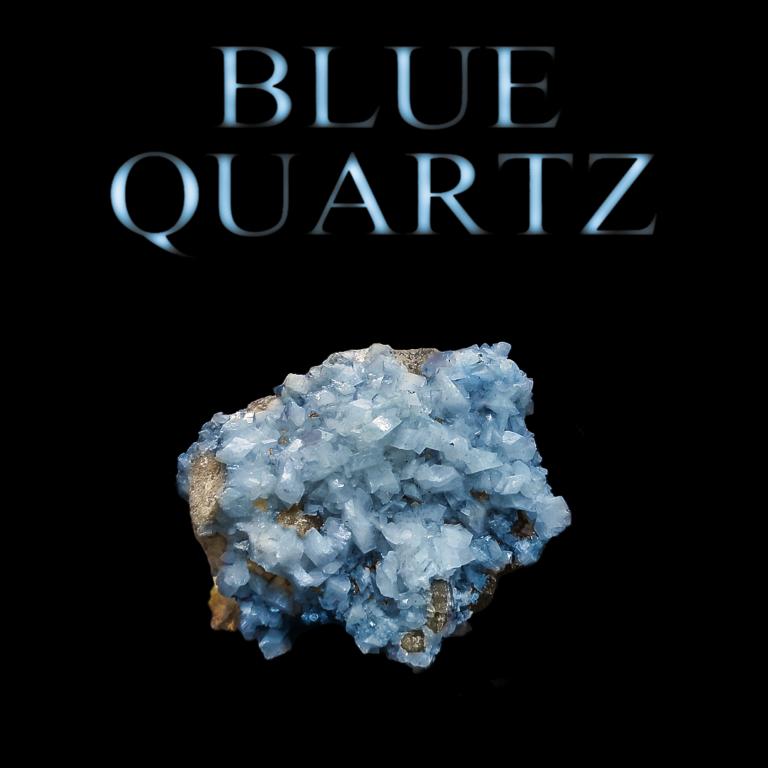 """Blauquarzkristalle auf schwarzem Hintergrund mit Beschriftung """"BLUE QUARTZ"""""""