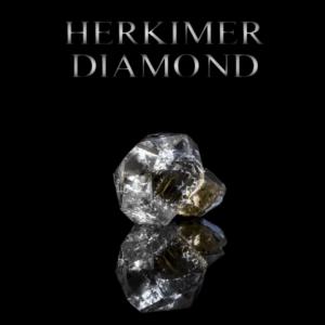 """Herkimer Diamant gespiegelt auf schwarzem Hintergrund mit Beschriftung """"HERKIMER DIAMOND"""""""