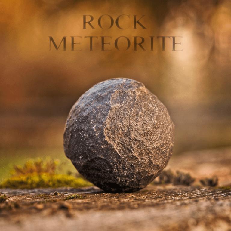"""Gestein Meteorit mit Überschrift """"ROCK METEORITE"""". Symbolbild für die spirituelle Bedeutung und Symbolik von Meteorit & Sternschnuppen."""