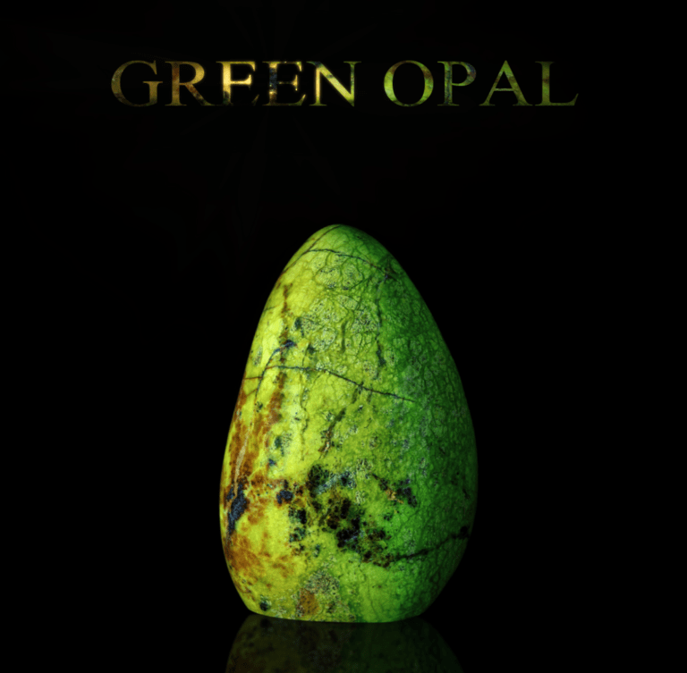 """Grüner Opal Edelstein mit Überschrift """"GREEN OPAL"""". Symbolbild für die spirituellen Eigenschaften und Symbolik von grünem Opal."""