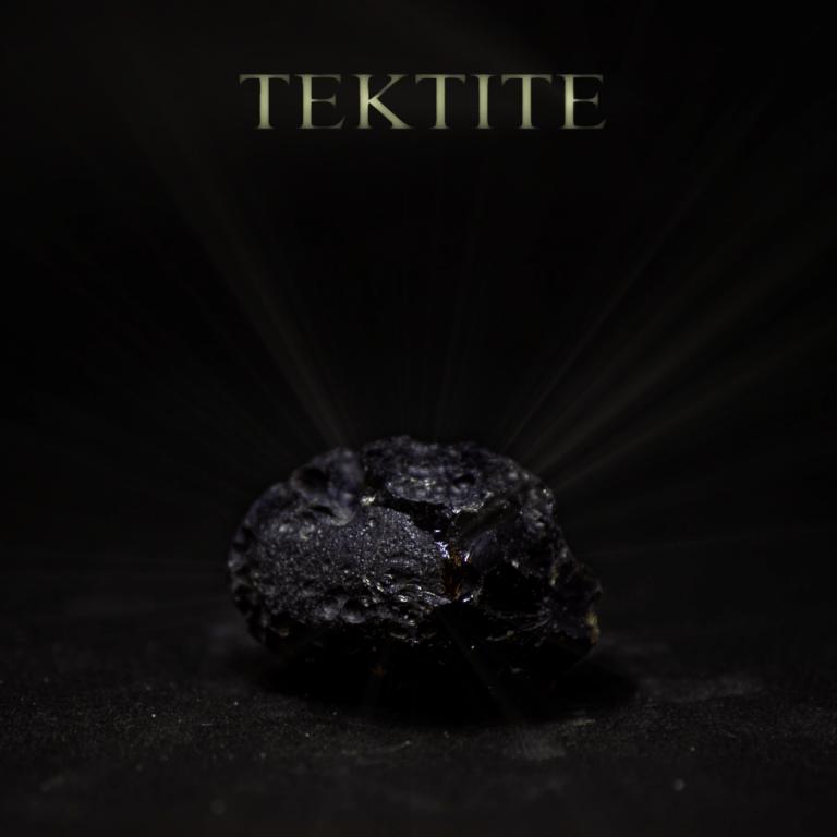 """Tektit Meteorit mit Überschrift """"TEKTITE"""". Symbolbild für die spirituellen Eigenschaften und Symbolik von Tektit."""