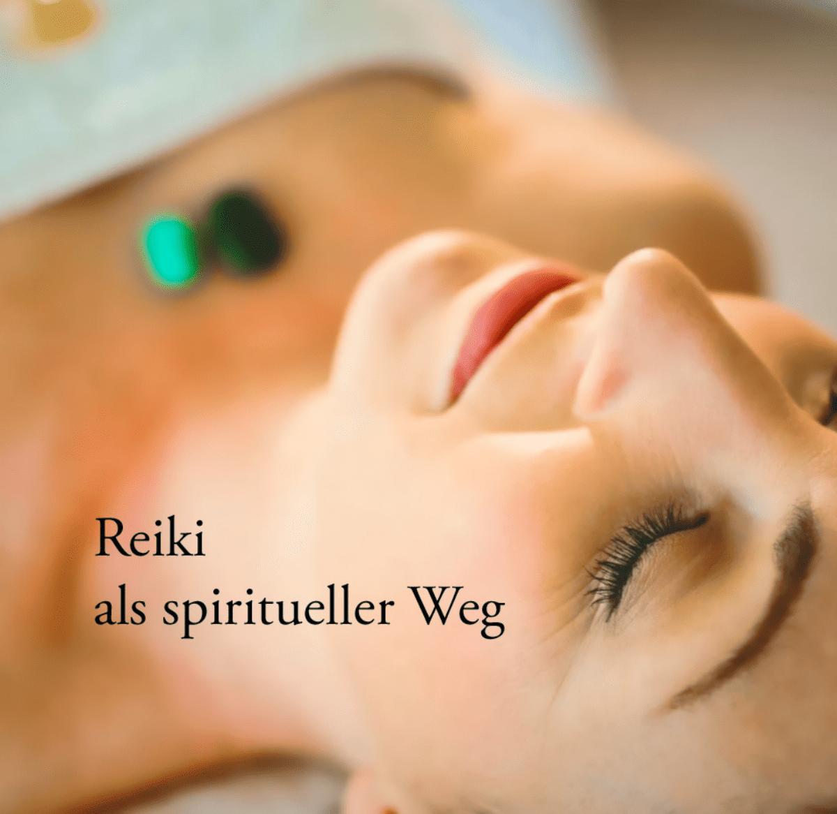 """Frau in einer Reiki Behandlung mit Beschriftung """"Reiki als spiritueller Weg"""". Symbolbild für die Klärung der Frage, was ist Reiki?"""