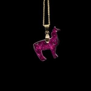Pinker Alpaka Anhänger aus pinkem Saphir, pinkem Amethyst & weiteren Edelsteinen. Mit vergoldeter Kette & Schlaufe.
