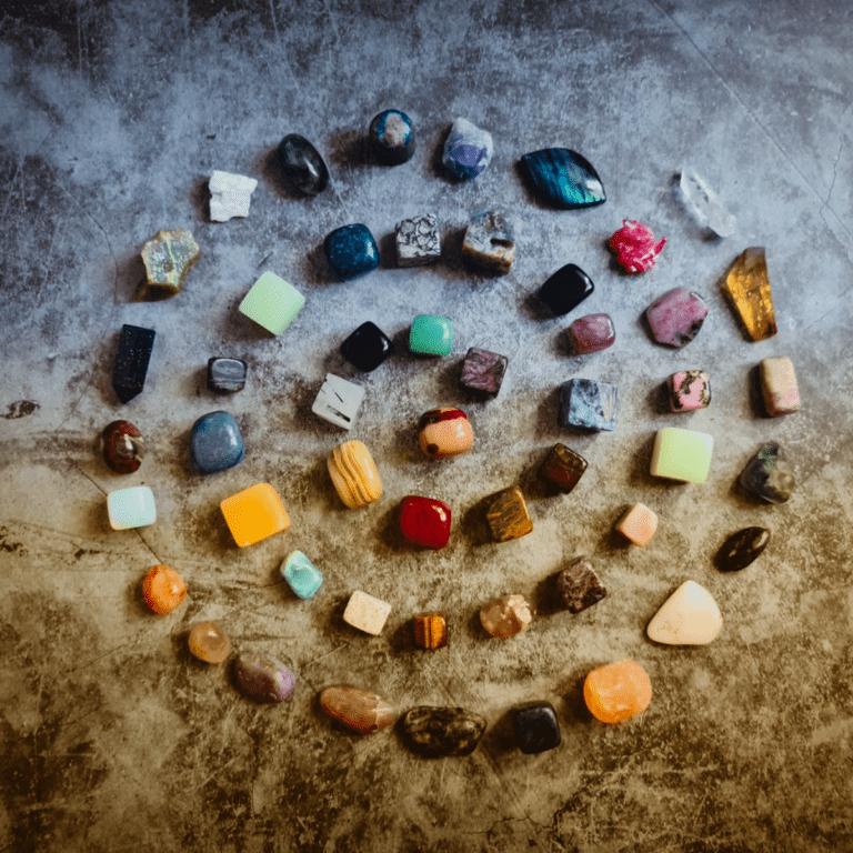 Edelsteinkreis aus verschiedenen Steinen. Symbolbild für die Frage Welcher Edelstein passt zu mir?